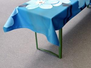 eigene-Tischdecke-bedrucken-mit-20-Zentimetern-uber-der-Tischkante-stehend