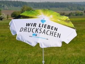 Druck-von-Sonnenschirm-auf-zwei-Schirmhaelften-mit-Foto-oder-farbigem-Logo-als-Werbeschirm