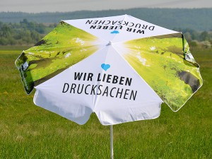 Sonnenschirm-vier-teilig-mit-Werbe-Druck-auf-Krone-als-Bistro-Schirm-im-Firmendesign